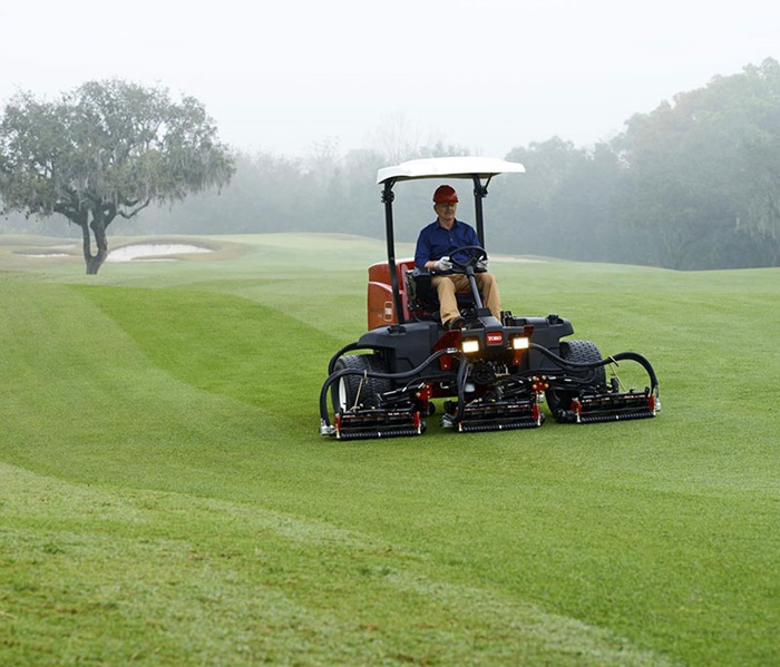 reelmaster-5410-outside-mowing-front